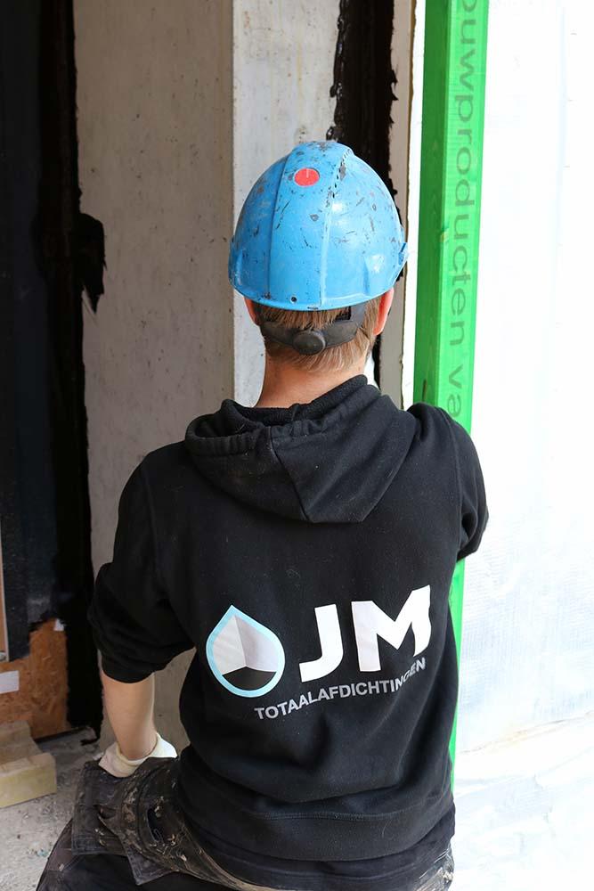 JM Totaalafdichtingen medewerker aan het werk in de bouw