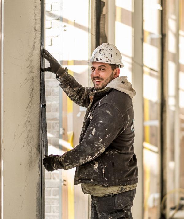 JM Totaalafdichtingen medewerker in de bouw, luchtdicht bouwen